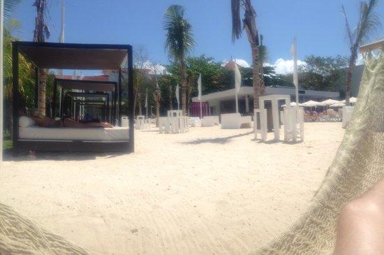 Hotel Riu Yucatan: Ibiza chill out pool area