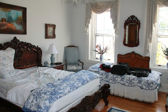Spruce Hill Manor : Queen bedroom