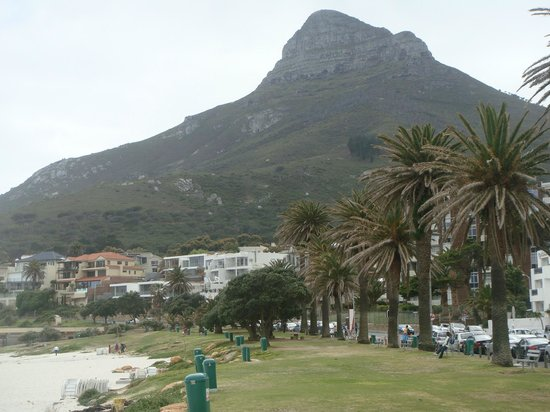 Camp's Bay Beach : with the mountain