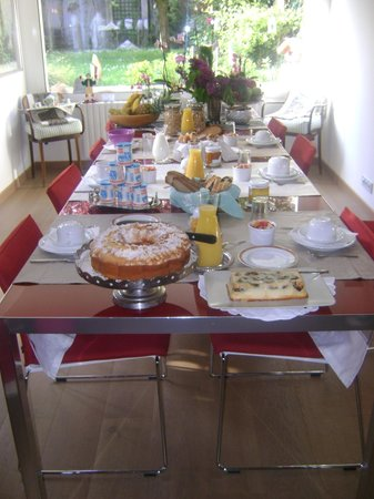 Maison Angelus : breakfast table