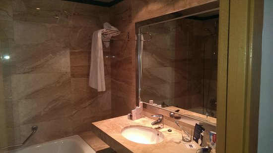 H10 Marina Barcelona Hotel: Bathroom in room 309