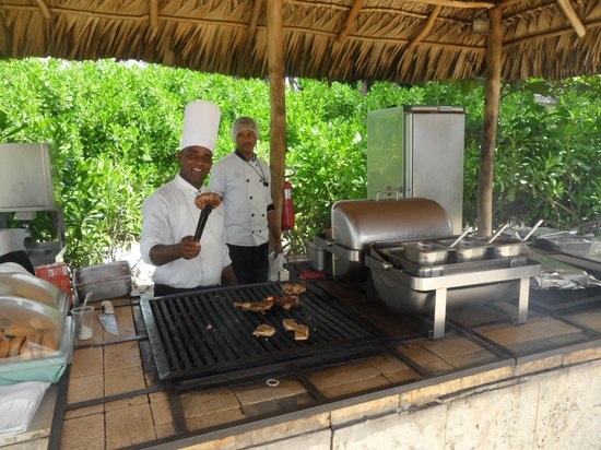 Secrets Royal Beach Punta Cana: Middagsmad fra strandgrillen
