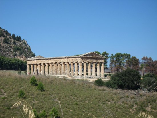 Tempio di Segesta (Tempio Influenza Greca): SEGESTA TEMPLE FROM DISTANCE
