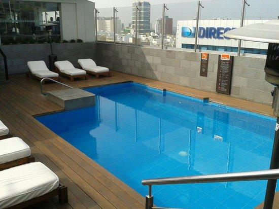 Radisson Hotel Decapolis Miraflores: Alberca último piso