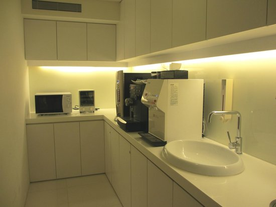 CityInn Hotel Plus - Ximending Branch: Pantry area for beverages