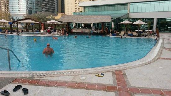 Hilton Dubai Jumeirah: Swimmingpool mit Bar