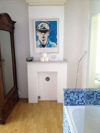 Truelove Guesthouse : Vista do armário e banheira