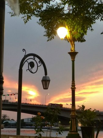 New Siam Riverside Guest House: sunset seen from the restaurant