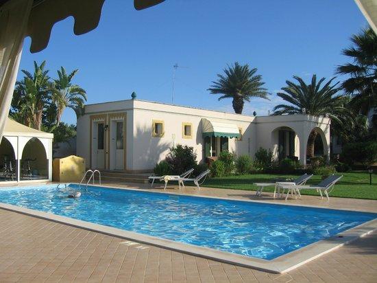 Villa Sogno Charme e Relax Selinunte: SWIMMING POOL IN GARDEN