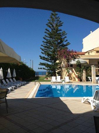 Petra Beach Hotel and Apartments : Бассейн чистый и теплый!