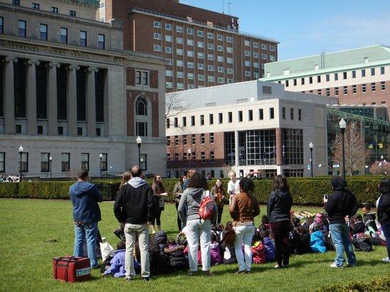 Columbia University: Estudantes entretendo crianças