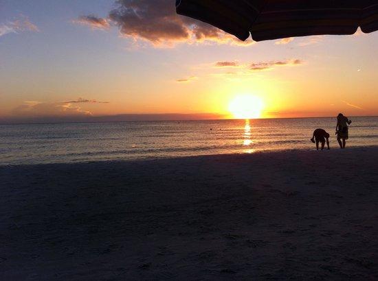 Beachcomber Beach Resort & Hotel: Beachcomber Sunset