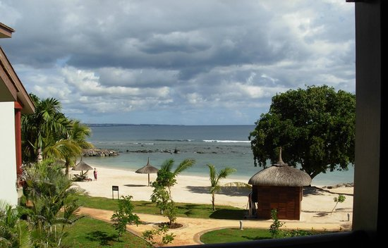 InterContinental Mauritius Resort Balaclava Fort : View of the beach/ shore lapping the Hotel