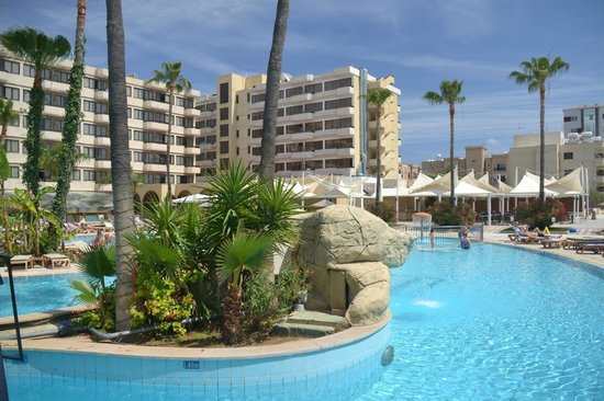 Atlantica Oasis Hotel: Main outdoor pool and Hotel.