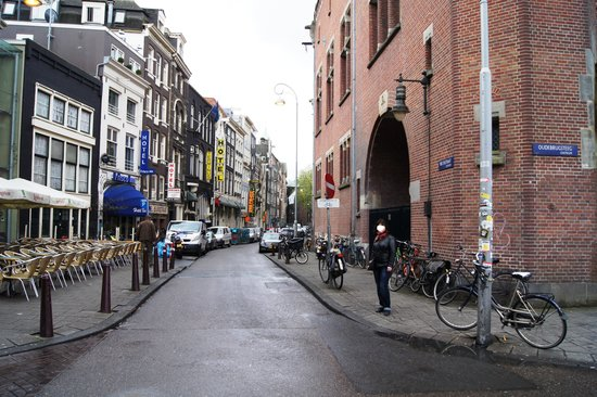 Tulip Inn Amsterdam Centre: Beursstraat, вывеска отеля - желтая