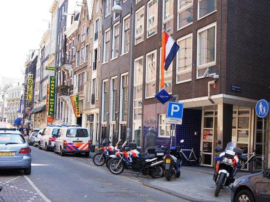 Tulip Inn Amsterdam Centre: Beursstraat, на переднем плане полицейский участок, далее кафешоп, вывеска отеля - желтая