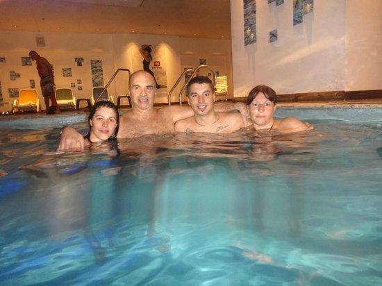 Alejandro I Hotel International Salta: piscina del hotel con mi familia