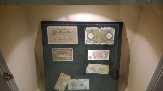 Heritage Village: monete usate per scambi con altre nazioni ( ci sono le 100 lire di carta )