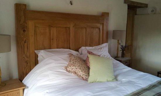 Wonwood Barton B and B: Coach Barn massive bed