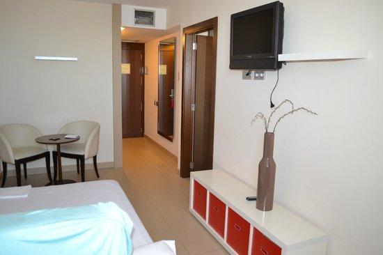 Hotel & Spa Real Ciudad de Zaragoza: Sala de estar con sofá cama