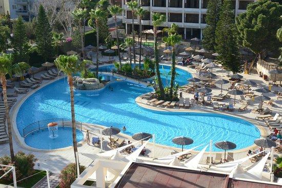 Atlantica Oasis Hotel: Panoramic view of main pool.