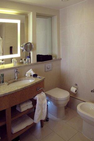 London Hilton on Park Lane: Bathroom 2308