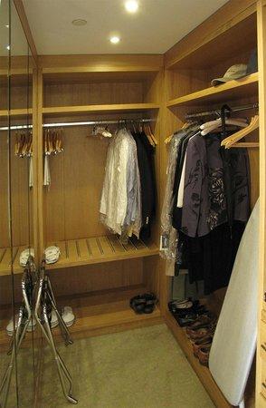 London Hilton on Park Lane: Walk-in closet 2308