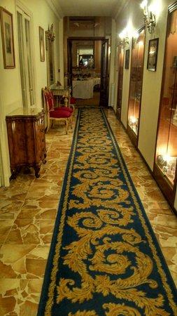 Grand Hotel Londra: Long et beau couloir