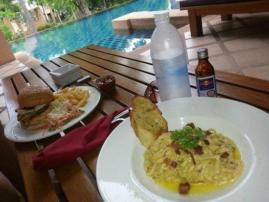 Crown Lanta Resort & Spa : Altanen mot poolen