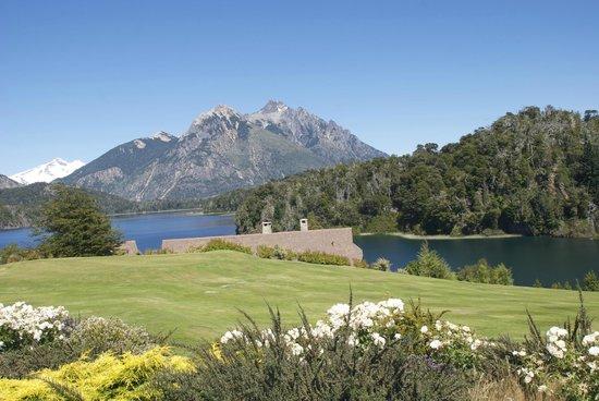 Llao Llao Hotel and Resort, Golf-Spa : desde el hotel vista a parte de las instalaciones y cerro Tronador