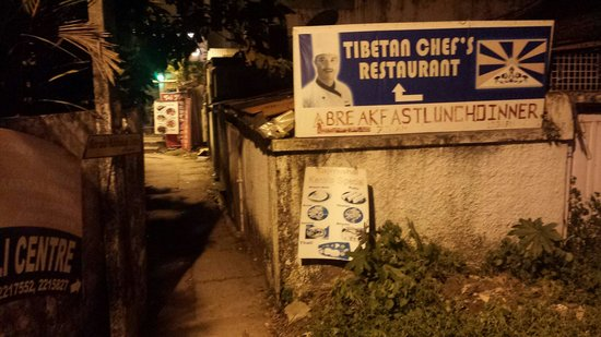 Tibetan Chefs Restaurant: Entrance from main road during night