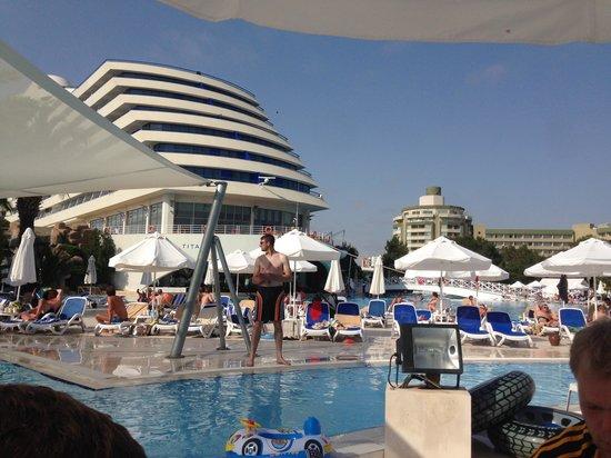 Titanic Beach Lara Hotel : De suites links en rechts naast de radar.
