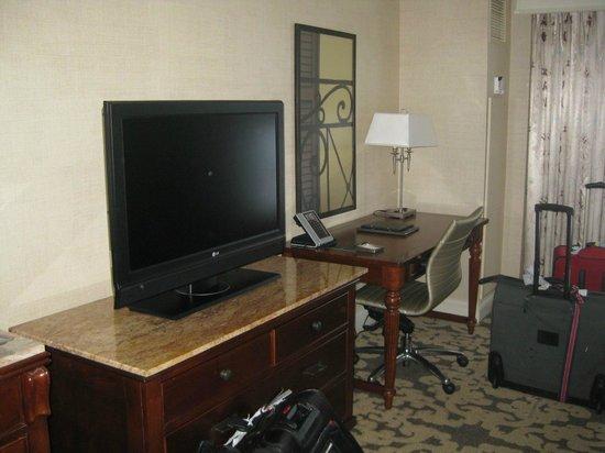 Hilton New Orleans Riverside : tv and desk