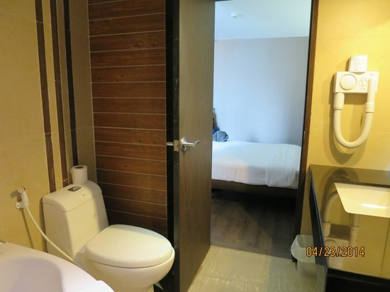 Bangkok City Hotel : Room 1120: Bathroom