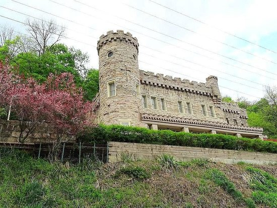 Berkeley Springs Castle: view of castle from the road