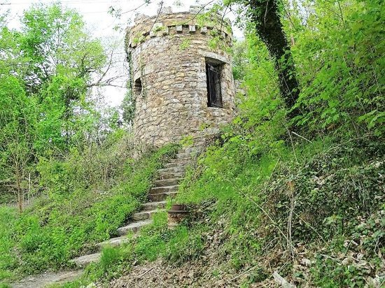 Berkeley Springs Castle : steps leading up to small tower