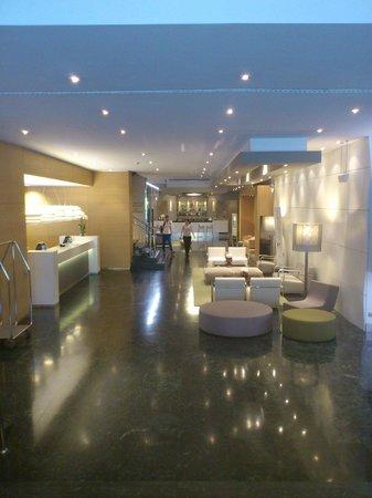 NH Collection Villa de Bilbao: Hall desde la puerta de entrada