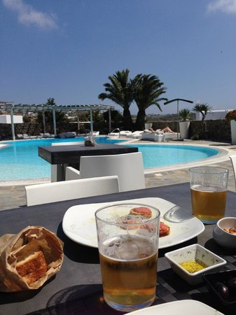 Ostraco Suites : lunch by the pool