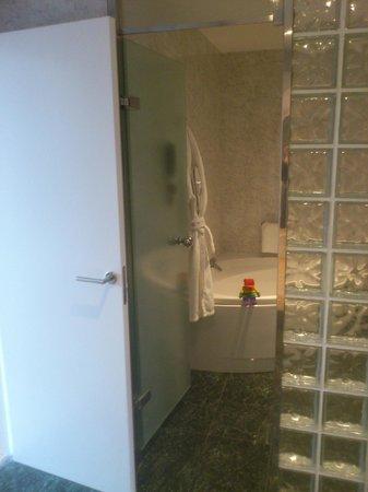 NH Collection Villa de Bilbao: Bañera hidromasaje en baño de la Suite