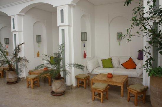 Riad Marrabahia: salons autour de la piscine
