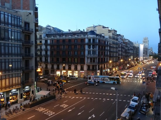 Hotel Jazz: View from our room is this street going straight to Plaza Catalunya