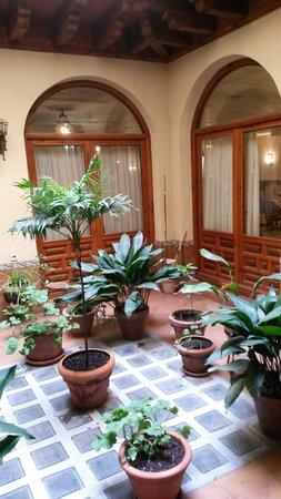 Hotel Santa Isabel: patio interior junto a la sala de lectura