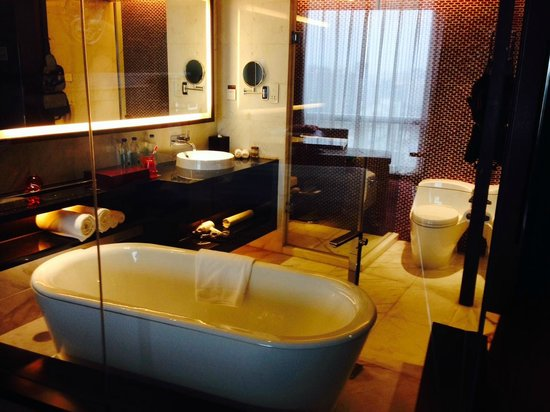 Renaissance Beijing Capital Hotel : Glassed in bathroom with shades up