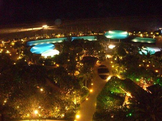 Live Aqua Beach Resort Cancun: The grounds at night