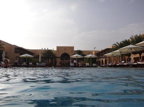 Tilal Liwa Hotel: View in pool, towards hotel