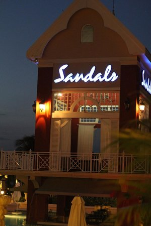Sandals Ochi Beach Resort: Pool area at night