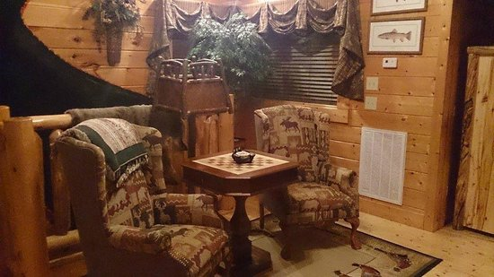 Timberwinds Log Cabins: upstairs bedroom with chess board