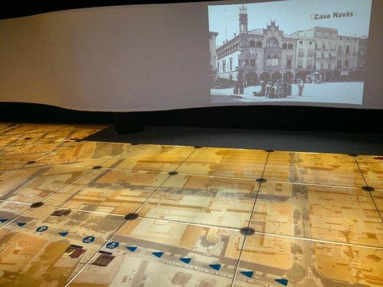 Gaudi Centre Reus : Пол-карта и видео проекция на стене