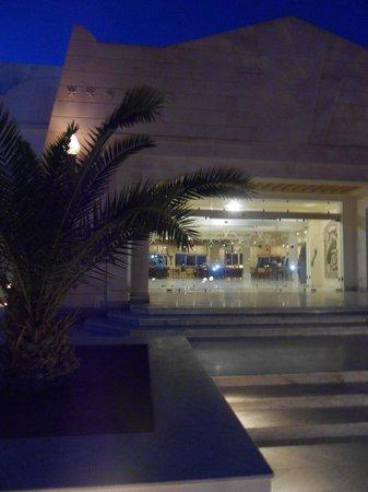 Isis Hotel Thalasso and Spa: l'entrée de nuit
