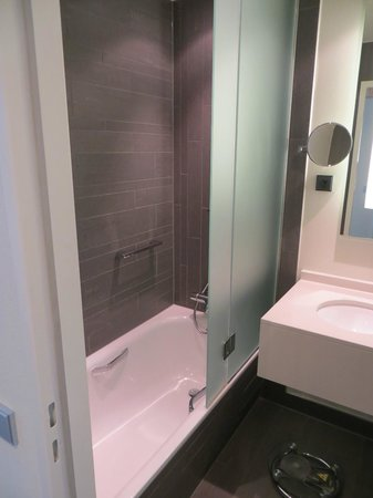 Radisson Blu Waterfront Hotel: Bathroom business room